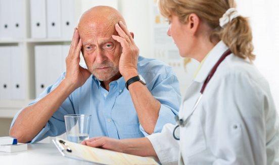 Пожилой мужчина в попытке вспомнить забытое
