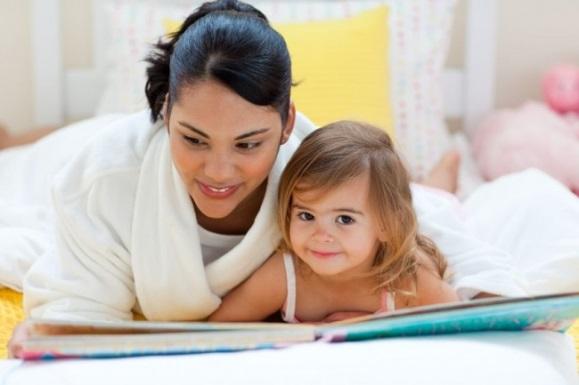 Мама с дочерью учат стихотворения