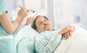 Доктор назначает лечение больному
