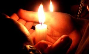 Свеча горит в руке