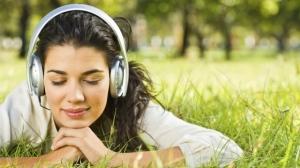 Девушка слушает музыку