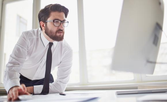 Коллега полностью сконцентрирован на проверке работы