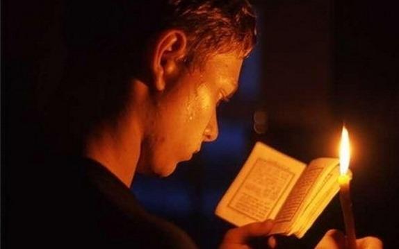 Парень учится правильно произносить молитву