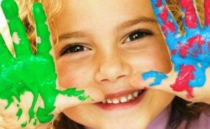 Ребенок в ладошками в краске