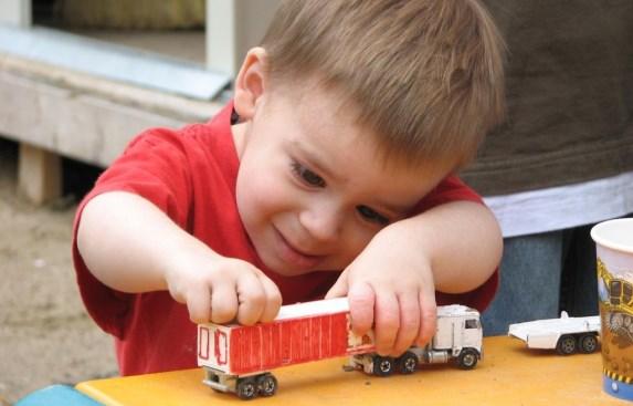 Малыш играет с грузовичком