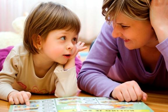 Девочка с мамой обсуждают только что прочитанный рассказ