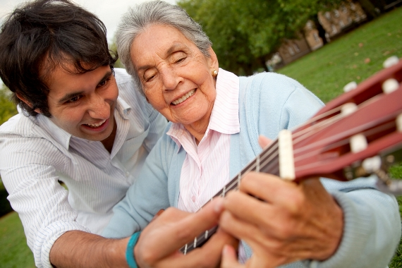 Бабушка учиться играть на гитаре