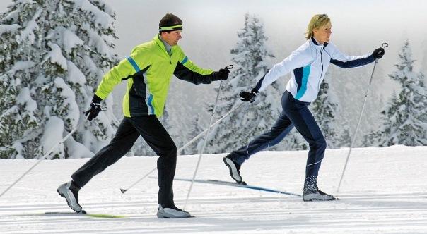 Пара проводит тренировку на лыжах