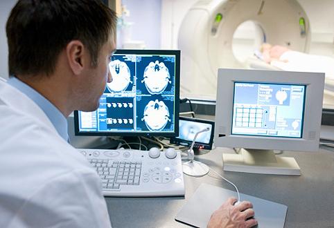 Специалист проводит анализ сканирования мозга