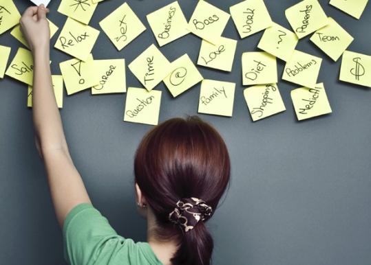 Девушка располагает на стене изучаемые слова