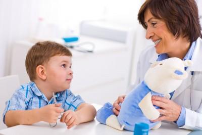 Маленький мальчик общается с психологом