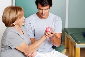 Женщина проходит курс восстановления после инсульта