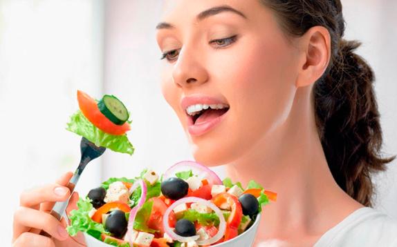 Салат из свежих овощей полезнее бутербродов