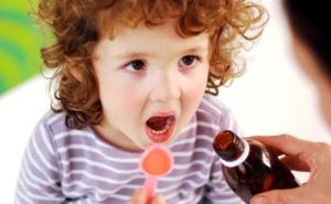 Малыш пьет сироп