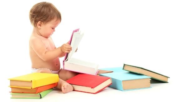 Малыш узнал свою любимую книжку