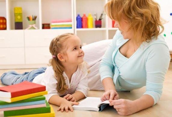 Мама и её дочка вместе проводят занятия